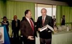 El Presidente de AEHCOS entrega una placa al Sr. Atienza.