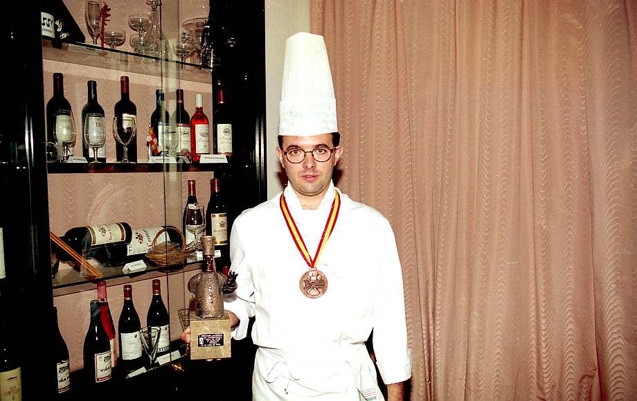Cocinero muestra premio recibido.