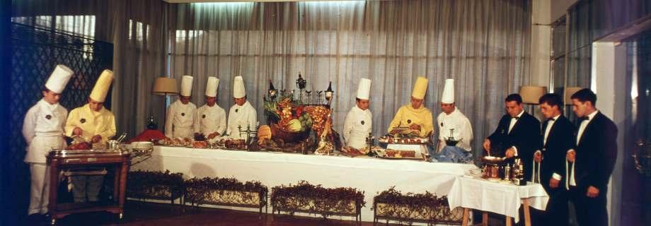 Buffet del Hotel-Escuela San Nicolás con profesores y alumnos de cocina y restaurante-Bar