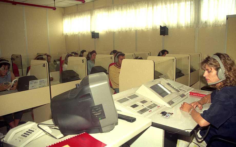 Señorita frente a un ordenador