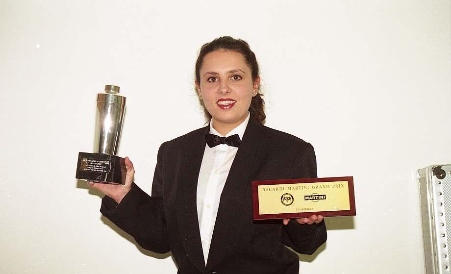 Stra. uniformada de barwoman muestra un trofeo.