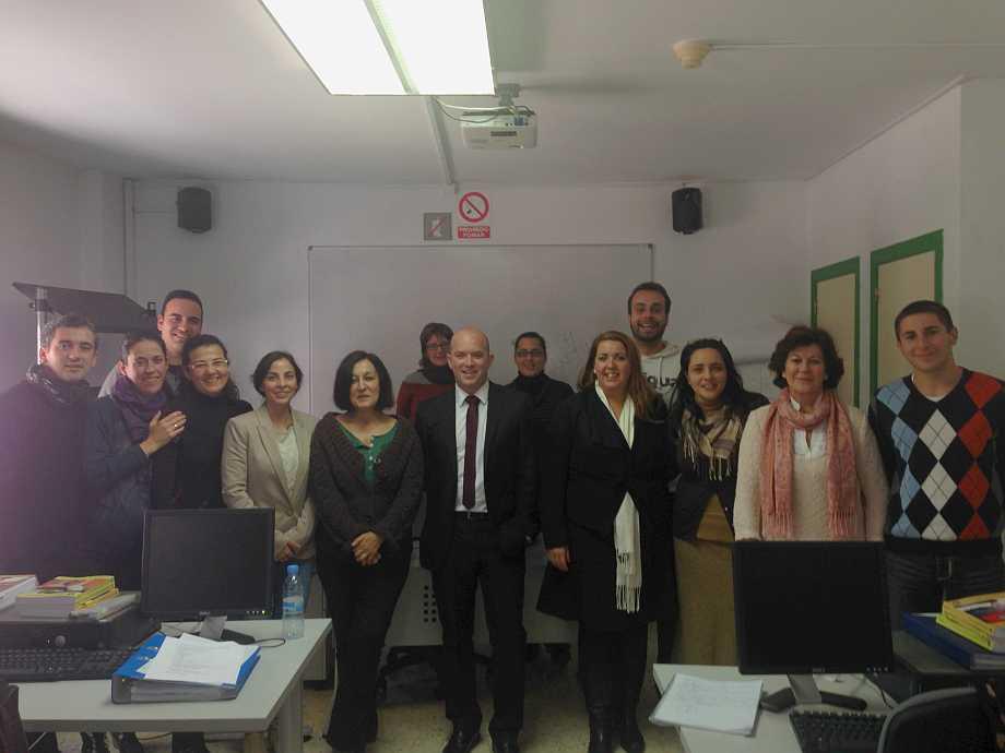 Un grupo de personas en una clase